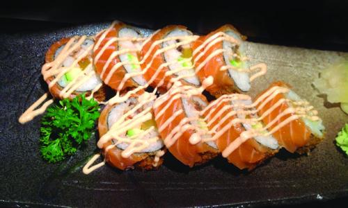 Rotolo croccante, salmone crudo all'esterno