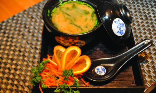 Zuppa di soia con alghe e tofu
